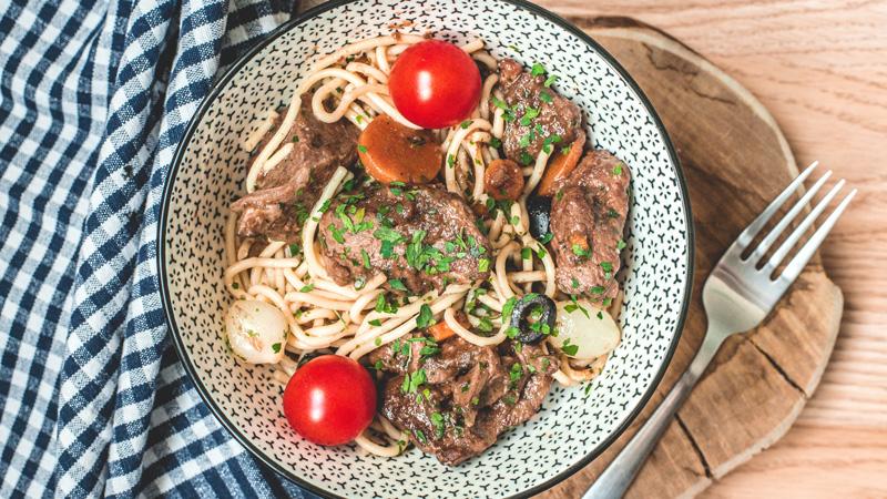 bœuf bourguignon et ses spaghettis aux oignons
