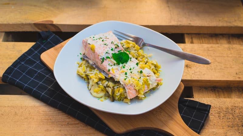 pavé de saumon à la crème d'aneth accompagné de riz et sa fondue de poireaux