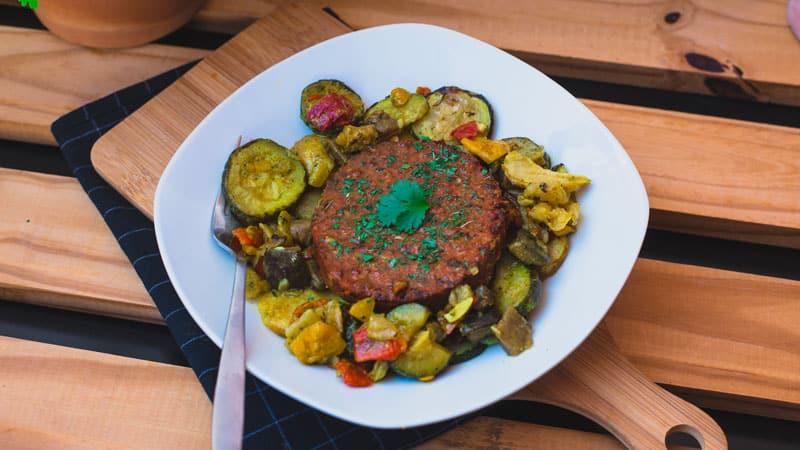 photo steak de soja à la tomate et sa poêlée de légumes du soleil